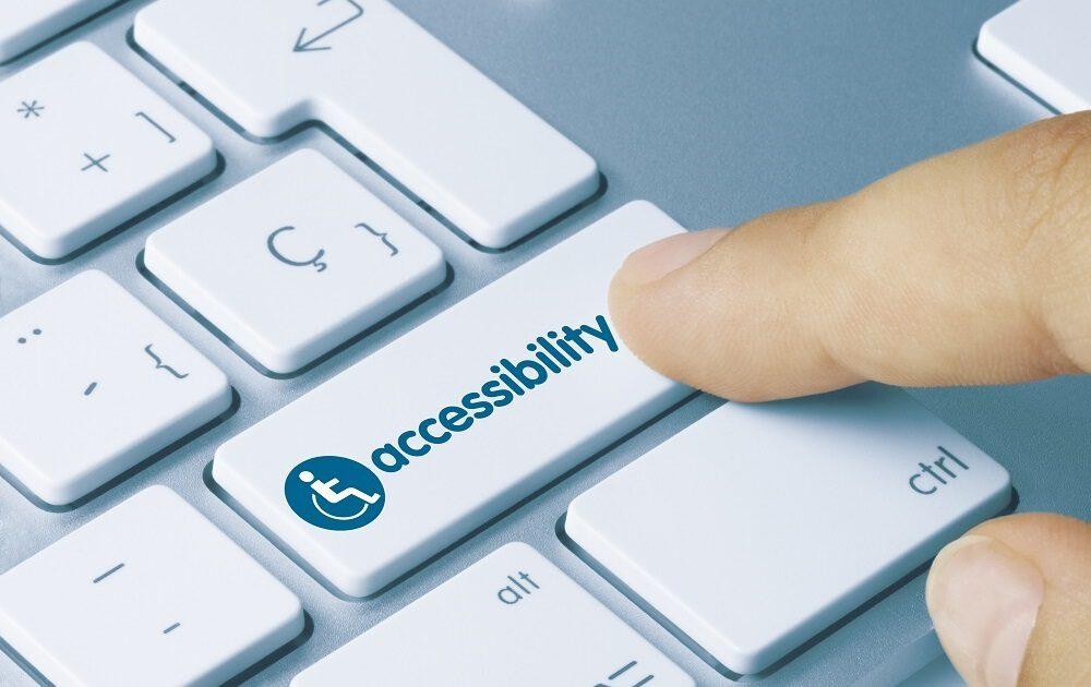 Man met vinger op shift toets waar accessibility op staat